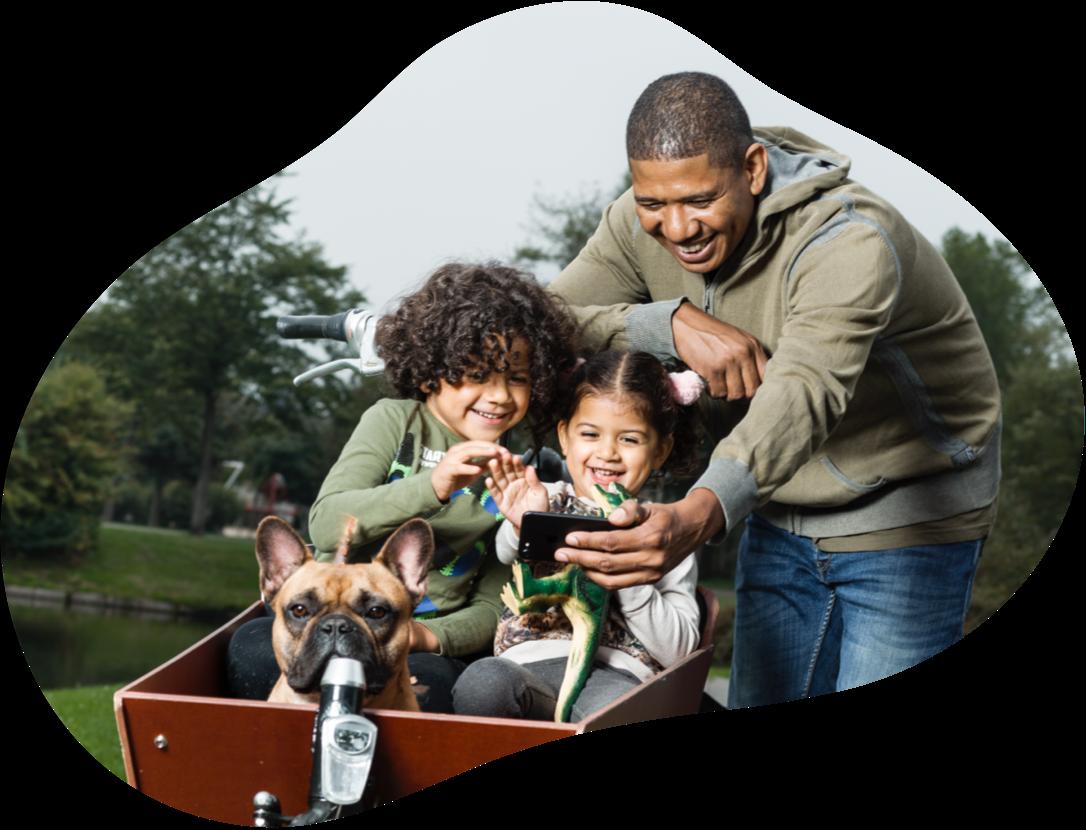 KPN Jaarverslag 2020 Waardecreatiemodel Vader met 2 kinderen en een hond in de bakfiets maken een selfie